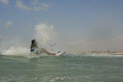 Kiteboarding na morza śródziemnomorskiego wybrzeżu Zdjęcie Royalty Free