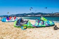 Kiteboarding na plaży Paros, Grecja obraz stock