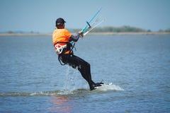 Kiteboarding nas fotos da ação do céu azul Fotografia de Stock Royalty Free