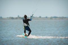 Kiteboarding nas fotos da ação do céu azul Fotografia de Stock