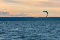 Kiteboarding neusiedlersee, Österrike royaltyfria foton