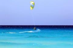 Kiteboarding no mar das caraíbas Fotos de Stock Royalty Free
