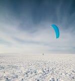 Kiteboarding dans la neige Photo libre de droits
