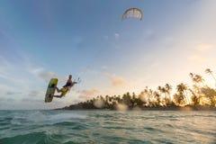 Kiteboarding Pret in oceaan Extreme Sport Kitesurfing Stock Foto