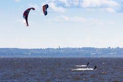 Kiteboarding przy zatoką Finland Obrazy Royalty Free
