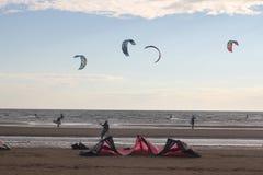 Kiteboarding, sol e praia ou natureza imagens de stock