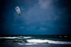 Kiteboarding som en storm rullar in Royaltyfri Foto