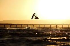 Kiteboarding sportowa sylwetka, zmierzch w morzu Obraz Royalty Free