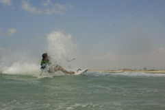 Kiteboarding su una costa di mar Mediterraneo Fotografia Stock Libera da Diritti