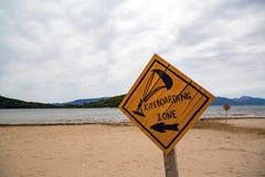 Kiteboarding träkitesurfing tecken på stranden Arkivbilder