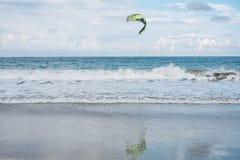 Kiteboarding a través del Caribe en D r imagen de archivo libre de regalías