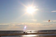 Kiteboarding, zon en strand of aard Royalty-vrije Stock Fotografie