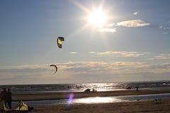 Kiteboarding, zon en strand of aard Royalty-vrije Stock Afbeeldingen
