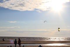 Kiteboarding, zon en strand of aard Stock Foto's