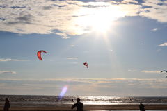 Kiteboarding, zon en strand of aard Royalty-vrije Stock Foto