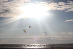 Kiteboarding, zon en strand of aard Stock Afbeeldingen