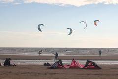 Kiteboarding, zon en strand of aard Stock Afbeelding