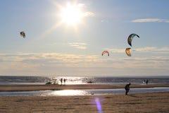 Kiteboarding, zon en strand of aard Royalty-vrije Stock Afbeelding