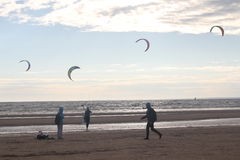 Kiteboarding, zon en strand of aard Royalty-vrije Stock Foto's