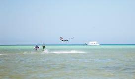 Kiteboardingsstrand met kitesurfer royalty-vrije stock afbeelding