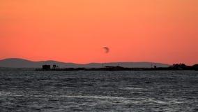 Kitebording στο ηλιοβασίλεμα φιλμ μικρού μήκους