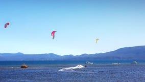 Kitebording en belle nature bleue, Croatie banque de vidéos