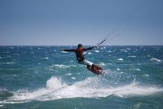 kiter летания около волн Испании tarifa Стоковое Изображение RF