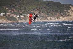kiter летания около волн Испании tarifa Стоковые Фотографии RF