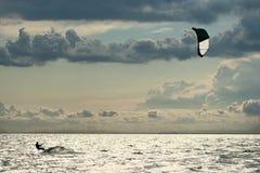 Kiter im Meer Stockfotos