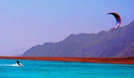 Kiteserfer dans la lagune Photo stock
