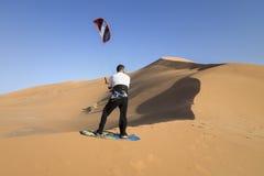 Kitesurf在沙漠 免版税库存照片