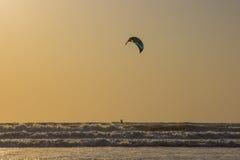 Kitesurf εν πλω σε ένα ηλιοβασίλεμα, παραλία Arambol, Goa, Ινδία Στοκ Φωτογραφίες
