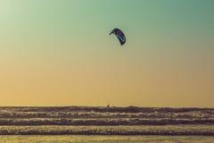 Kitesurf εν πλω σε ένα ηλιοβασίλεμα, παραλία Arambol, Goa, Ινδία Στοκ Φωτογραφία