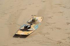 Kitesurf bräde på sanden arkivbild
