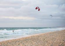 Kitesurf de deux hommes sur la plage dans l'Océan Indien à Perth Photo stock