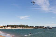 Kitesurf en la bahía de Santander Fotografía de archivo