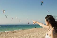 Kitesurf en la playa Fotos de archivo libres de regalías
