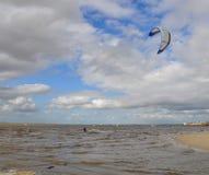 Kitesurf i floden Arkivfoto
