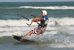 Kitesurf im wawe Stockfotografie
