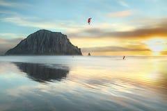 Kitesurf le soir à la plage de baie de Morro Photo stock