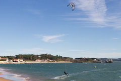 Kitesurf nella baia di Santander Fotografia Stock