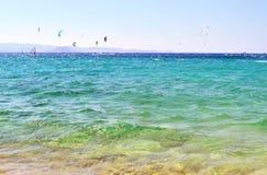 Kitesurf och vindsurfar den Naxos ön Grekland Royaltyfri Fotografi