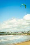 Kitesurf på stranden arkivfoton