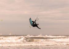 Kitesurf sur Den Haag, la Mer du Nord, Hollande image stock