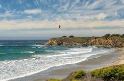 Kitesurf sur la plage de la Californie images libres de droits