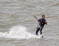 Kitesurfer一递了特技 免版税库存照片