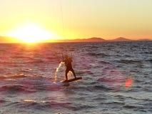 Kitesurfer冲浪并且跳进日落在Hyeres,法国 免版税库存图片