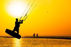 kitesurfer剪影在海的日落背景的 免版税库存照片