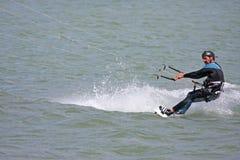 Kitesurfer骑马委员会 免版税库存照片