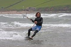 Kitesurfer骑马 免版税库存图片